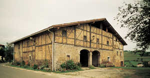 10.Etxeberri (Altzo Muño). Con piedra y roble, sabiamente modelados a traves de los siglos, se vertebra el cuerpo monumental de los caserios guipuzcoanos.