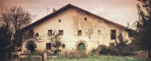 110. El caserio Legarre (Altzo) se edifico a principios del siglo XVI y pertenece a la primera generacion de caserios de Euskalherria. Tiene solidos muros exteriores de piedra y una estructura de postes de madera con lagar de viga en el interior.