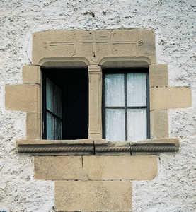 111.  Las ventanas del caserio Makutso (Oiartzun) estan ricamente decoradas con molduras y tallas de anclas, cruces y pajaros.