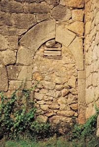 112. Las puertas de los caserios mas antiguos de Guipuzcoa tienen arcos de piedra apuntados, como este de Astigarribia (Mutriku).