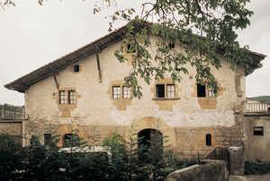 115. Makautso (Oiartzun) es casi un palacio rural renacentista, pero la organización de sus espacios interiores es la propia de una casa de labranza. Las dos puertas de entrada sirven para diferenciar el acceso de los hombres y el de los animales.