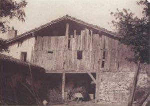 120. El esqueleto de casi todos los caserios del siglo XVI y XVII es de postes de roble, como los del soportal de Gomestio, Arrasate.