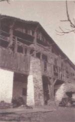 121.  Las fachadas de madera resultaban muy utiles para mantener ventilado el pajar, pero al mismo tiempo eran muy fragiles. El viejo camarote de tablas de Gaztelu (Bergara) ya no existe, en su lugar hay un muro de ladrillo.