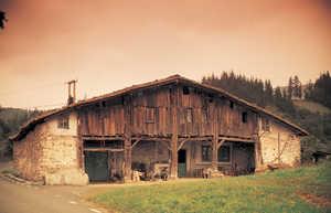 122.  A principios del siglo XVII se añadio al caserio Igartubeiti (Ezkio-Itsaso) un nuevo soportal corrido y un amplio camarote cerrado con tablas.
