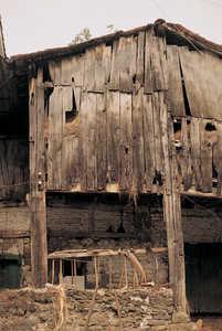 123.  El caserio natal del general carlista Tomas de Zumalacarregi, llamado Iriarte (Ormaiztegui), esta construido con troncos y tablas de roble.