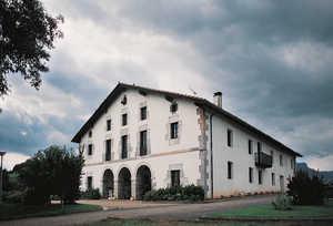 126. Los grandes caserios del siglo XVIII con soportal de arcos de silleria, como Lardabuño (Zizurkil), son las viviendas rurales de mayor calidad que han existido en Guipuzcoa.