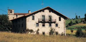 129. Casi todas la casas rurales de Guipuzcoa se rehicieron a principios del siglo XIX, y muchas de ellas, como es el caso de Sorabilla (Andoain). Adoptaron la forma del caserio sin soportal. Son edificios severos y ordenados, de muy buena construccion.