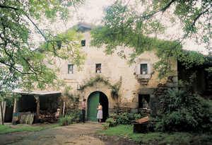 130. En Orexa son muy frecuentes los caserios como Ormaetxe Garai: sin soportal, pero con un elegante arco de medio punto al estilo del norte de Nafarroa.