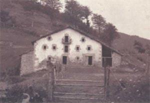 131.  Durante el siglo XIX se colonizaron muchos espacios marginales y se roturaron antiguos terrenos de bosque y pasto comunal. Los caserios que construyeron los nuevos labradores seguian modelos similares a Arno-Ate, Elgoibar, en su sencillez de lineas y ausencia de soportal.