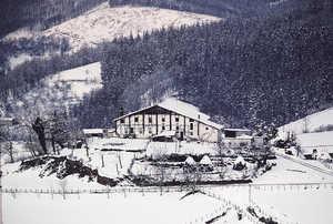 21.Caserio Zuaznabar Haundi (Altzo). Durante la Edad Media los caserios solitarios y apartados sufrian frecuentes robos y asaltos de bandas de pequeños nobles armados.
