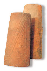 24.Tejas artesanales que llevan impresa la huella de los dedos del maestro tejero. Al menos desde el siglo SIV los caserios guipuzcoanos se cubrian con tejas acanaladas de arcilla roja realizadas a mano.