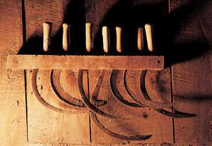 32.El hierro de las hoces enmohece hoy en los desvanes de los caserios. En los años sesenta dejo de cultivarse el trigo en los campos de Guipuzcoa.