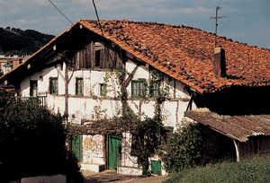 46.Muchos caserios varias veces centenarios, como Agerre Bekoa (Zarautz), estan siendo absorbidos por la expansion desordenada de los nucleos urbanos.