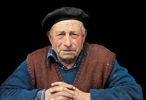 48.En Guipuzcoa hay cientos de caserios que parecen condenados a desaparecer. Muchos estan ya deshabitados y en otros solo viven ancianos solteros a los que nadie sucedera.
