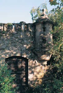 35. St. Elmo's Castle. Entrance gate, surmounted by a crenellated parapet and a sentry box.© Juan Antonio Sáez